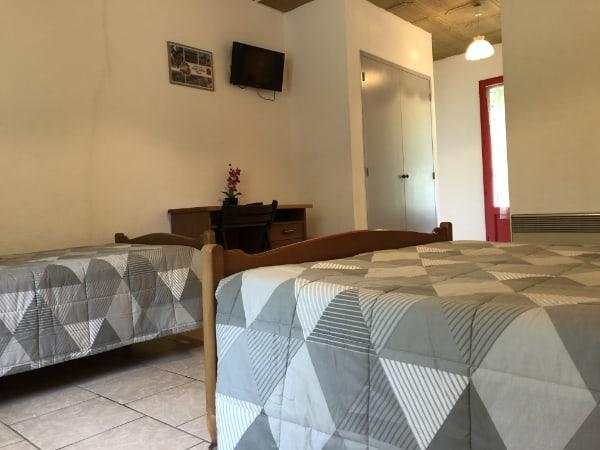 chambres-sarlat-dordogne-perigord-location-riviere-bord-de-leau-television-lit